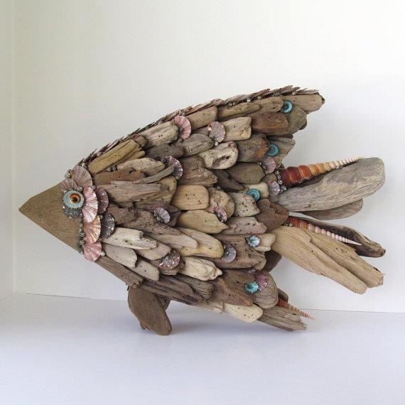 Un pescado hecho con maderas del río