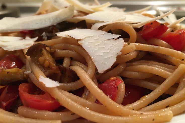 Spaghetti integrali melanzane, pomodorini, menta e ricotta secca