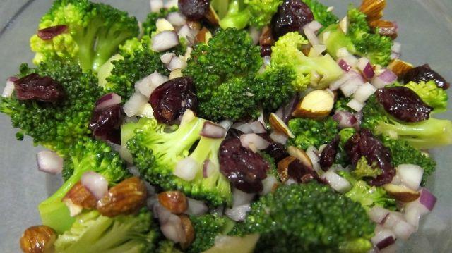 broccolisalat med tranebaer og mandler
