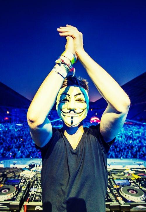 Nicky Romero ak le masque de la toune toulouse (masque qui fait dancer)