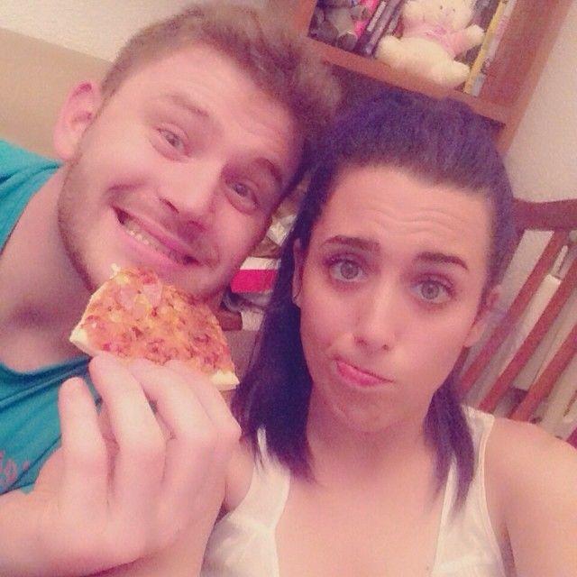 Sonia Gómez & Danny Penalver comiendo pizza en el España-Chile