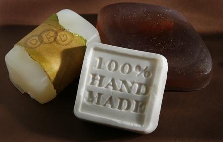 <3 Recycling Para empezar mencionaremos los ingredientes: - 2,5 litros de aceite usado, - un bote plástico de pintura de 25 litros (vacío), - un palo para revolver, - moldes de plástico o tergopol, - agua, - soda cáustica nueva ventana (hidróxido sódico), - sal común, - colorante de tartas - medio vaso de lavavajillas para darle aroma al jabón.  Como primer paso, debes llenar un bote con 2,5 litros de agua y agregarle el colorante de tartas que desees hasta teñirla. En un ambient...