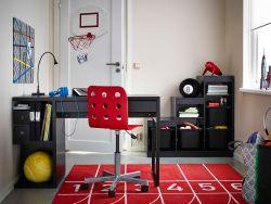 Cameretta con scrivania MICKE marrone, sedia JULES rossa e combinazione con contenitori TROFAST nera.