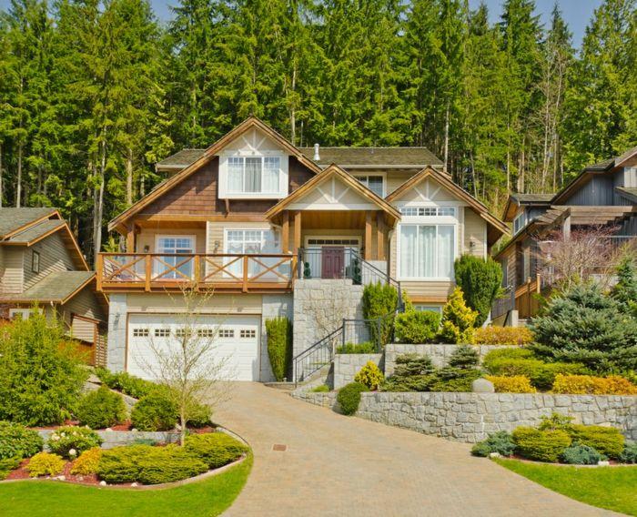 ein schönes landhaus mit gepflegten vorgarten in einigen stufen,