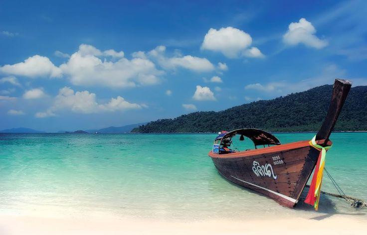 Koh Lipe otra pequeña isla tailandesa que puedes recorrer en menos de una hora. En su lengua significa 'isla de papel' #kohlipe #tailandia #thailand #boat #barca #beach #playa