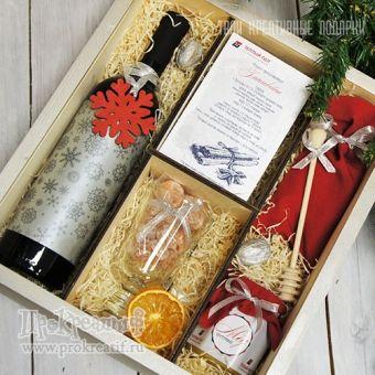 """Подарочный набор """"Глинтвейн Prestige"""" Состав подарка: вино красное 0,75л, 2 бокала Irish, смесь специй в мешочке, цветочный мёд 250г, сушевый кумкват 100г, вяленая клюква 100г, медовая палочка, грецкие орехи, деревянная игрушка на ёлку """"Снежинка"""", рецепт приготовления напитка"""