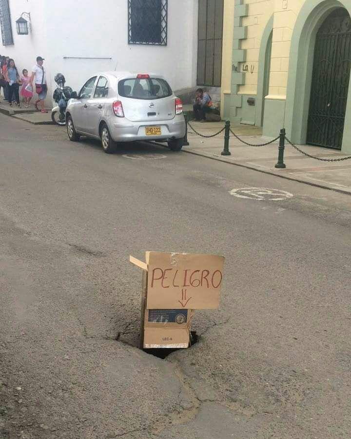 Qué les parece este hueco frente al Teatro Municipal Guillermo Valencia?