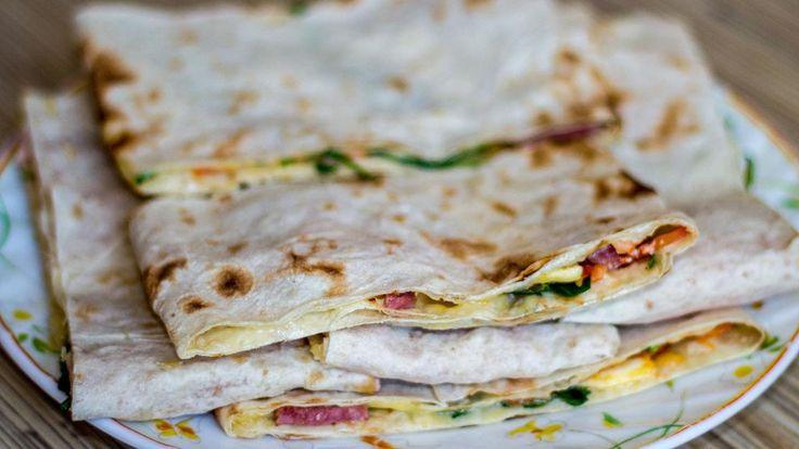 Рецепт 1: лаваш с крабовыми палочками Продукты:   крабовые палочки (около двухсот пятидесяти граммов); два лаваша (желательно выбирать тонкий); куриные яйца (четыре штуки); сыр (около ста восьмидесят…