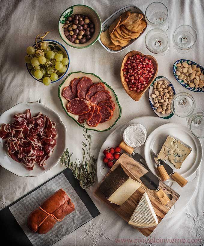 Preparar una tabla de embutidos y quesos quesos  y embutidos a temperatura ambiente. acompañar con aceitunas, almendras, Uvas o higos frescos, Miel, dulce de membrillo, tomate y ajo, bebida: vino.