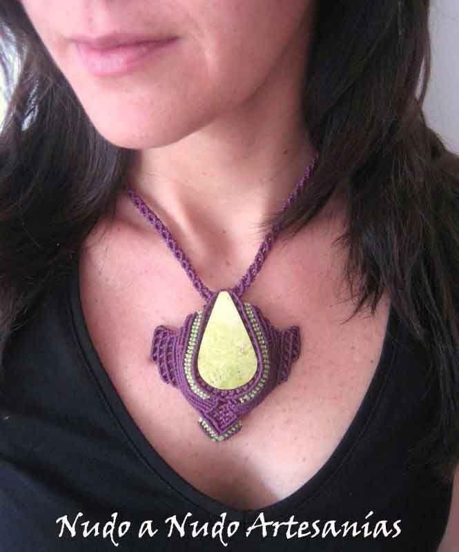 """Collar """"Purple Green"""" realizado en macramé engarzando la piedra semipreciosa en forma de gota """"Serpentina"""""""