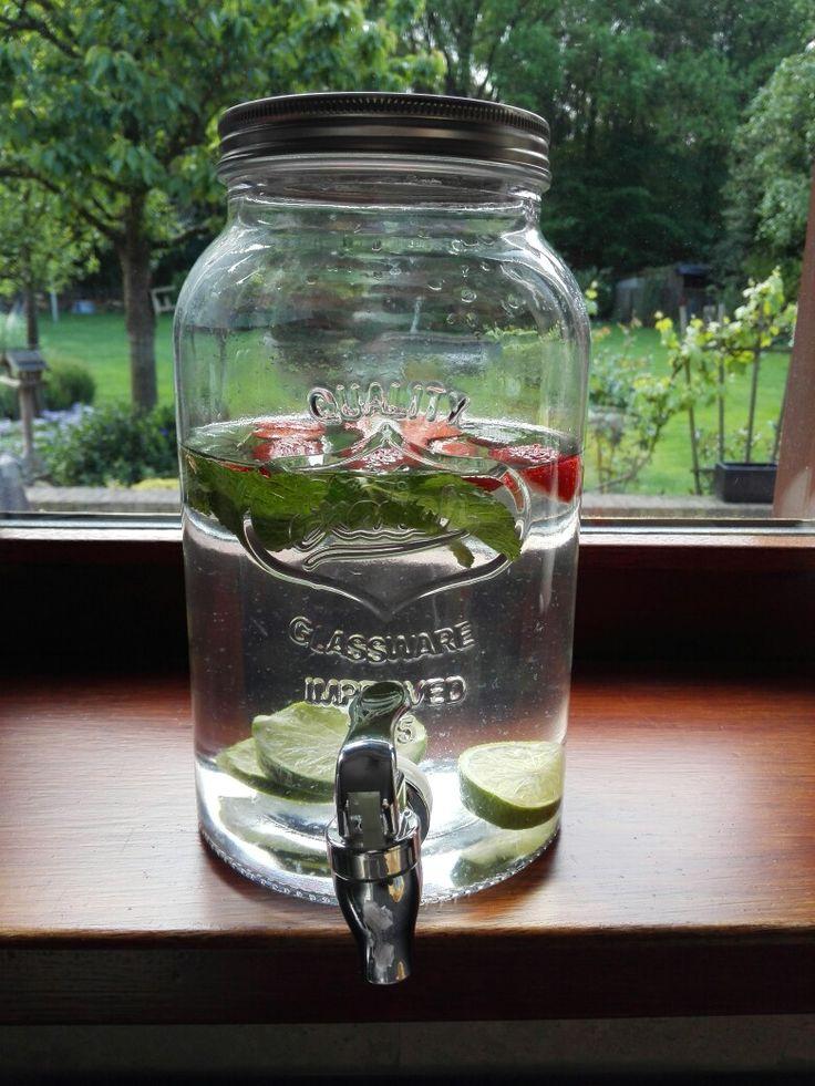 Infused water met aardbeien, munt en limoen!