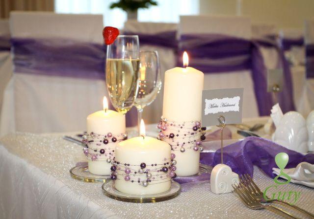 Sviečky nadekorované perličkami na drôtiku.