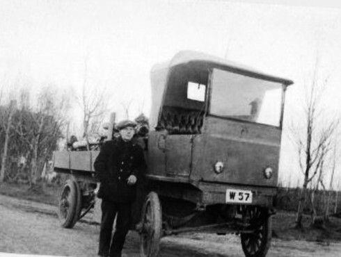 Dette er veteransjåfør Bernhof Larsen med Bodøs første elektriske bil. Bildet er tatt i 1918, og bilen som ble kjøpt fra Tyskland til Rønvik Asyl gjorde god nytte for seg i mange år.  http://gamlebodo.com/transport/elbil.html