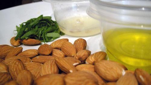 Cómo hacer aceite de almendras.  http://belleza.uncomo.com/articulo/como-hacer-aceite-de-almendras-15602.html