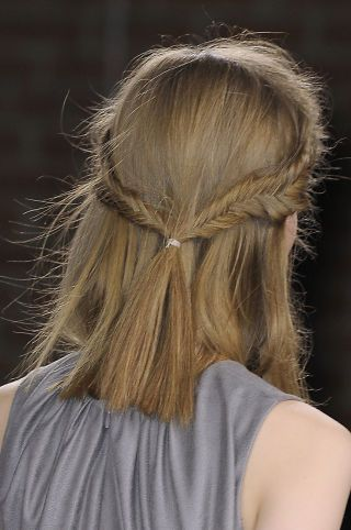 7 summer hairstyles perfect for frizzy hair.