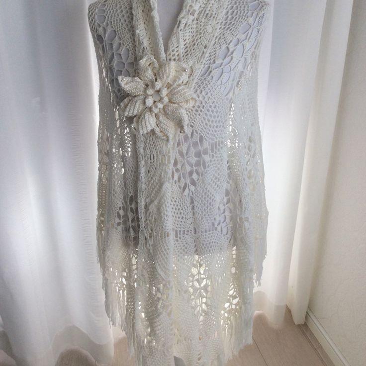 Bruiloft sjaal met witte bloem met parels als sluiting. Bridal/ wedding/marriage Shawl with big flower.