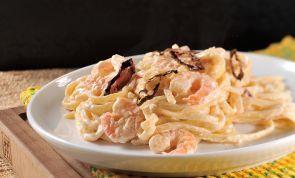 ¡Facilísima! Espaghettis con camarones y cremosa salsa de vino blanco