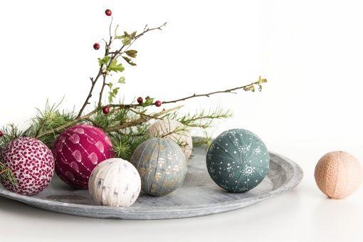 Styropor kule og pålimt rester med stoff = flotte julekuler