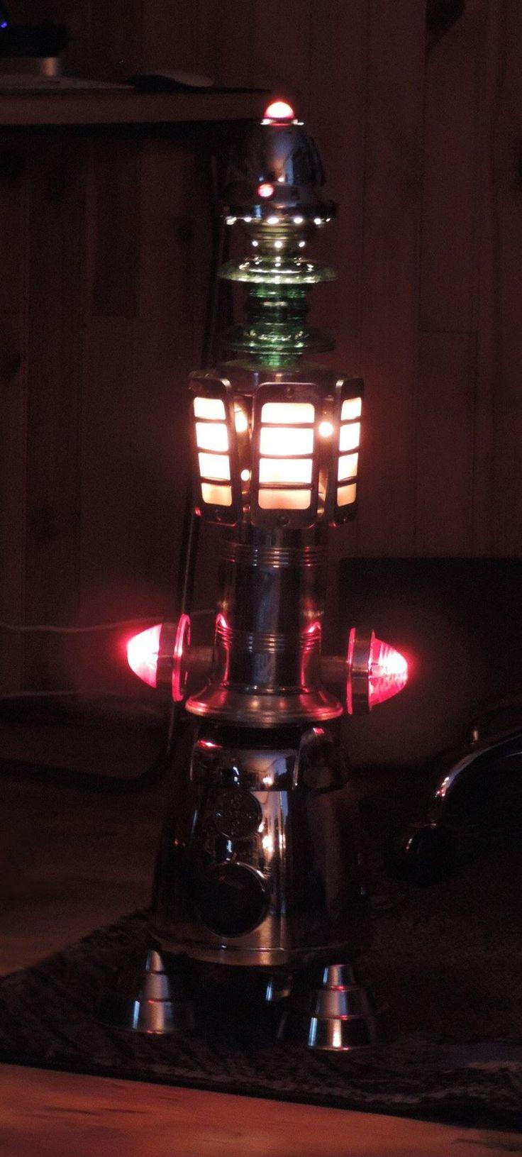 Lampe originale en métal recylclé  avec plusieurs niveaux d'éclairage. Utilisation de feux rouges d'origine Citroen, isolateurs électriques en verre,...  #Lampe #Sculpture #Recyclé #Métal #Métallique