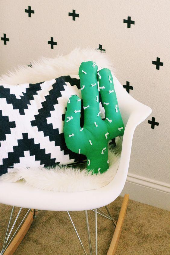 Cuando vi esta imagen en Pinterest me enamoré del cojín en forma de cactus. Y lo mejor es que investigando un poco, encontré un tutorial para hacerlo tú mismo. Aunque está en inglés, aquí podéis ve…