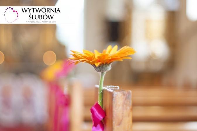 Galeria Dekoracje ślubne: żółty gerber, wstążka, kokardka, dekoracja ślubna, dekoracja kościoła