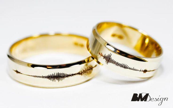 Obrączki ślubne personalizowane z zapisem dźwięku, #dźwięk Zjawiskowe obrączki ślubne z diamentami. Damska obrączka bardzo delikatna, z diamentami dookoła. Męska klasyczna z zaokrąglonymi bokami. Nowoczesne połączenie Carbonu i czerwonego złota, dla Pani czerwone złoto i diamenty. BM Design Black & White #obraczkislubne #obrączki #Rzeszów #diamenty #Carbon #pierśconki #złotnik #Jubiler #naprawa #nazamówienie BM Design!