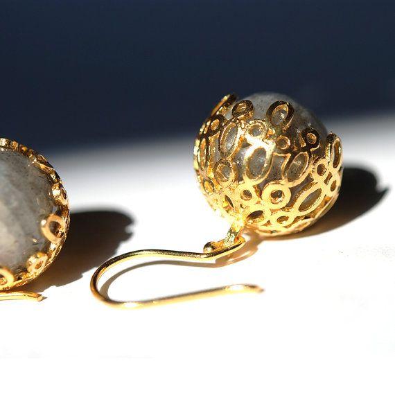 Mein Schmuck ist handgearbeitet mit rein und Sterling silber. Die goldene Farbe erfolgt durch Beschichtung Silber mit 18 Karat Gold. Dieser Ohrring ist