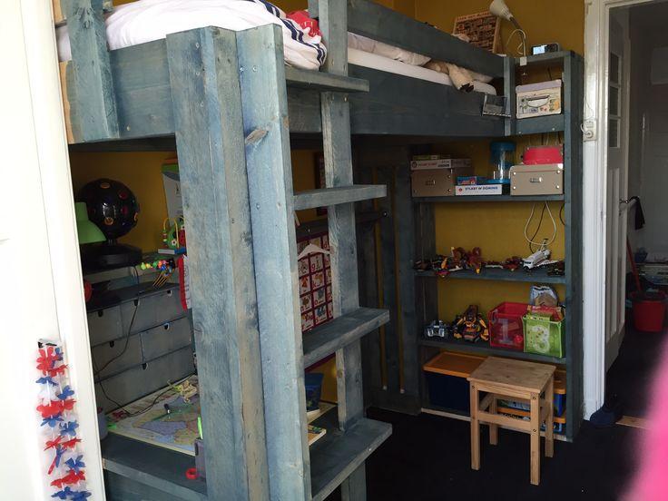 Kinder hoogslaper met alles erop en eraan! Boekenkastje en het bureau onder het bed verwerkt