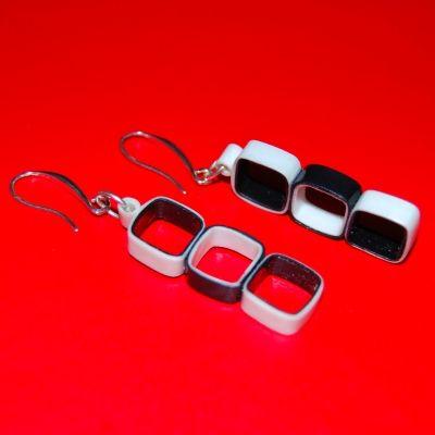 Pendientes elegantes y originales en blanco y negro con zarcillo de plata