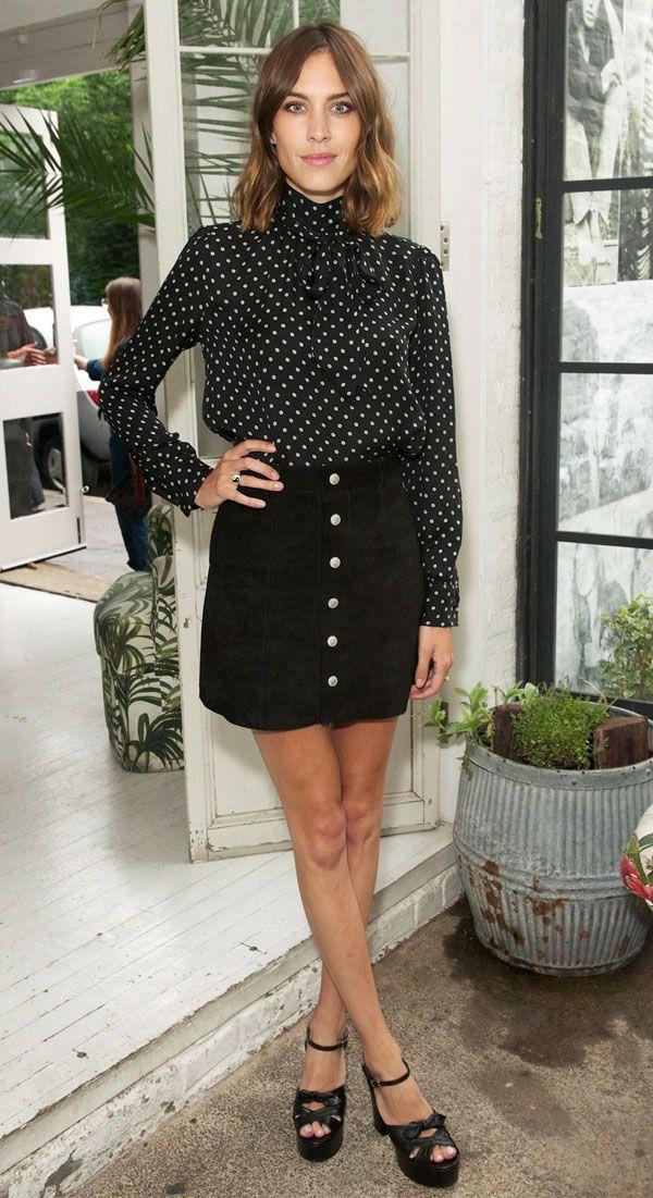 Alexa Chung usa saia de botão e plataformas.Duas tendências em um look.