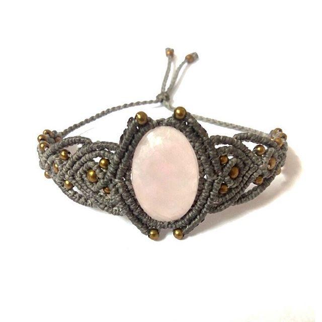 •Pulsera Con Cuarzo Rosa LA PIEDRA DEL AMOR. 💎💖 •Bracelet With Pink Quartz. THE STONE OF LOVE. Picapiedraartesanias.com Picapiedraartesanias.etsy.com #pinkquartz #cuarzorosa #pulsera #bracelet #braceletwithgems #gems #gemstone #gemstonejewelry #gemas...