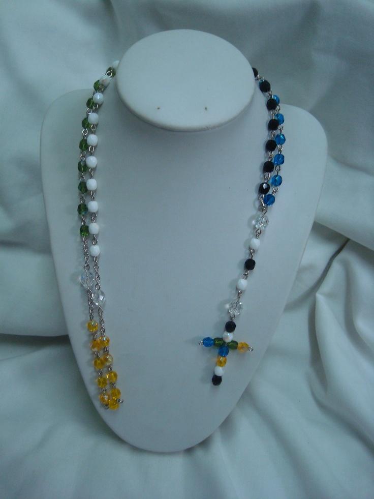 te gusta el misionero? mmm me refiero al rosario misionero una de mis ultimas creaciones en cristales, tiene los colores de los cinco continentes y la cruz central esta hecha en cristales por mi lo que da mas exclusividad
