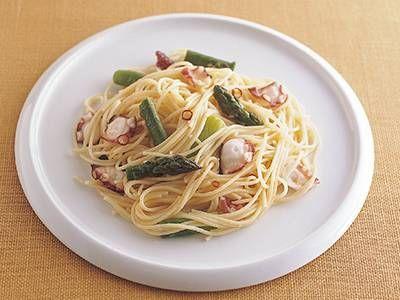 高城 順子さんのスパゲッティーニを使った「アスパラガスとたこのパスタ」のレシピページです。青 々としたアスパラガス、プリッとしたたこの食感を楽しんで。いろんな素材でアレンジしてもおいしく頂けるレシピです。 材料: スパゲッティーニ、グリーンアスパラガス、ゆでだこの足、にんにく、赤とうがらし、塩、オリーブ油、こしょう