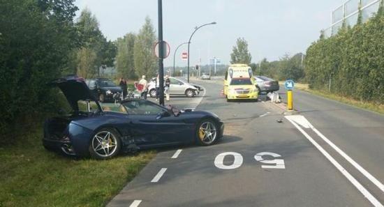 Dikke crash met Ferrari California in Leusden