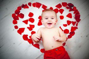¿Este es el primer San Valentín de tu bebé? ¡Awwww! Debes estar enamorada de todo lo que estás viviendo como mamá. ¡No es para menos! Esas personitas llegan a nuestras vidas para llenarnos de amor y felicidad eterna. Por eso encuentro divertido (y perfecto) hacerles una sesión de fotos llena de corazones y besos, dos elementos siempre presentes cuando se trata de dar y recibir amor. Aunque esto es algo que puedes hacer en cualquier épocadel año, no hay duda que el Día del Amor es el momento…
