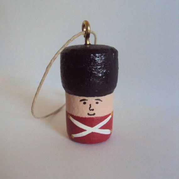 Little Soldier Cork ornamento - decorazione guardia inglese - Redcoat ornamento - ornamento verniciato Champagne Cork - Natale Folk Art a mano