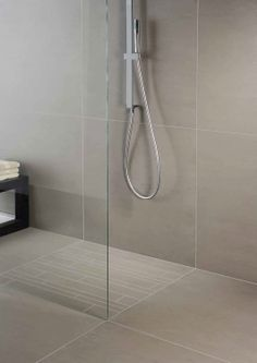 Meer dan 1000 idee n over grijze badkamertegels op pinterest grijze badkamers donkergrijze - Badkamer beige en bruin ...