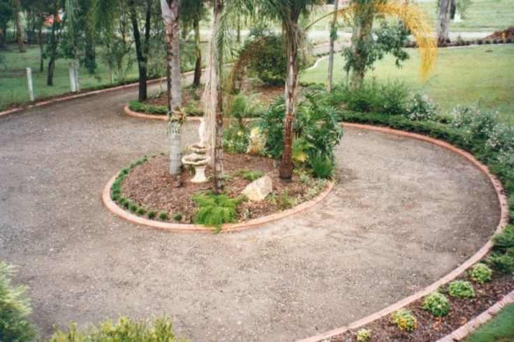 1000 ideas about circle driveway landscaping on pinterest for Circular driveway landscaping pictures