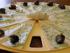 Ingrédients: 1 pâte feuilletée pour le beurre d'escargots: 3 gousses d'ail 2 échalotes persil 200 g de beurre salé poivre 8 gros escargots Préparation : mettre les ingrédients dans le bol, sauf le beurre puis régler 5 secondes à vitesse 5 ajouter le beurre...