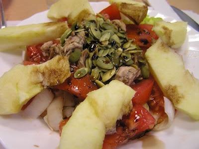 @mpradas Amanida de endívia, tomàquet, poma, tonyina i llavors de carbassa