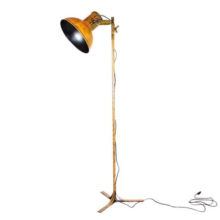 <p>Lampara Pie Cinema es la lámpara floor perfecta para guiar la luz de tu hogar.<br /><br /></p> <p>Lámpara de pie compuesta por una estructura tubular de pequeño diámetro que finaliza en una amplio difusor del mismo color. Se apoya sobre un pie de tres puntas que la dota de más originalidad si cabe.</p> <p>Color ocre desgastado que hará que solo tú tengas una lámpara tan original.<br /><br /></p> <p>Mediante las palometas podremos ajustar la orientación de la luz de forma fácil según nos…