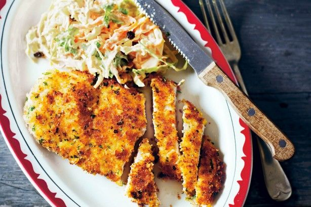 Υπέροχα, αφράτα, πικάντικα και μυρωδάτα σνίτσελ κοτόπουλου με τέλεια λαχανοσαλάτα κόλσλοου (coleslaw). Μια εύκολη συνταγή (τουMatt Preston από εδώ) για να