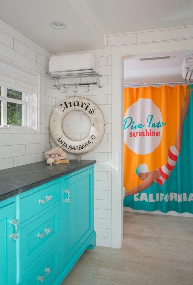 Aménagement de salle de bain et déco originale avec rideau de douche retro