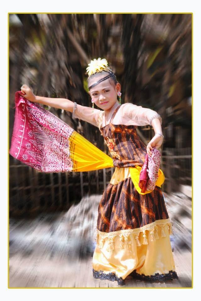 Alya production. Penari Tradisi. Sunda. Sanggar Tari. Sumedang. https://www.facebook.com/profile.php?id=100006327064252&sk=photos&collection_token=100006327064252%3A2305272732%3A6