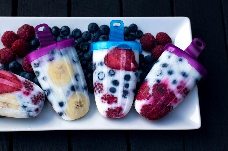 """DRUCKEN Zutaten: Früchte: Erdbeeren. Blaubeeren, Himbeeren, Banane Joghurt (ich habe Naturjoghurt mit Zucker genommen. man kann aber jeden anderen verwenden) ein wenig Agaven Dicksaft, Honig oder Ahornsirup Zubereitung: Die Erdbeeren in Scheiben schneiden oder mit dem Stabmixer pürieren und den Agaven Dicksaft (Honig oder Ahornsirup) hinzufügen. Die Bananen ebenfalls in Scheiben schneiden. AlleFrüchte in die … """"Fruchteis am Stiel"""" weiterlesen"""