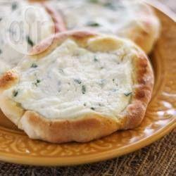 Esfirra aberta de queijo @ allrecipes.com.br - Esfirra aberta com recheio de ricota com cebolinha, bem parecida com aquelas que você acha em lanchonetes de São Paulo... adoro!
