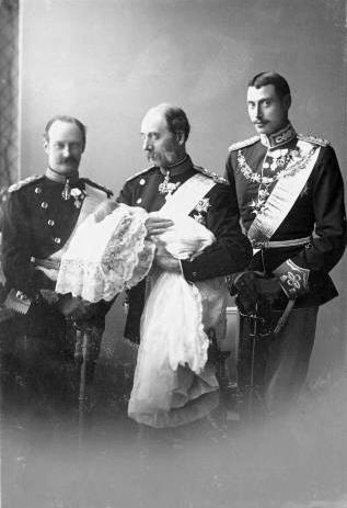 Four kings of Denmark: Christian IX holding his great-grandchild Frederik (IX). To the left of Christian IX is his grandchild Prince Christian (X), and on right of Christian IX is his son Crown Prince Frederik (VIII).