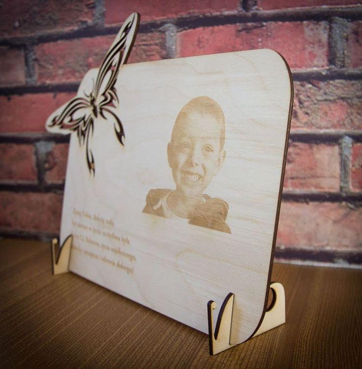 """Szukasz oryginalnego prezentu na Dzień Babci, Dziadka, Walentynki? Zapraszamy do nas! Za jedyne 75 zł wykonamy zdjęcie oraz wygrawerujemy je na drewnie. Dostępne różne wzory """"ramek"""" zarówno do postawienia jak i powieszenia. info@dex-druk.pl"""