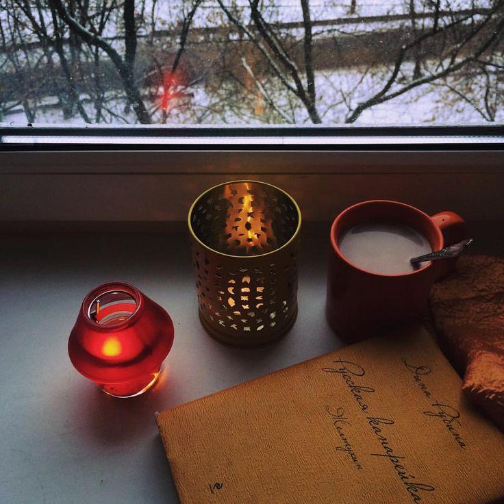 Со всей этой метелью, и разработкой дизайна новогодней упаковки, и холодом... У меня появилось новогоднее настроение. Оно улетучится к 31-му декабря, но эта атмосфера так и вынуждает включить Синатру, зажечь свечи и сидеть за книжкой с чашкой какао. ☕️📚✨❄️