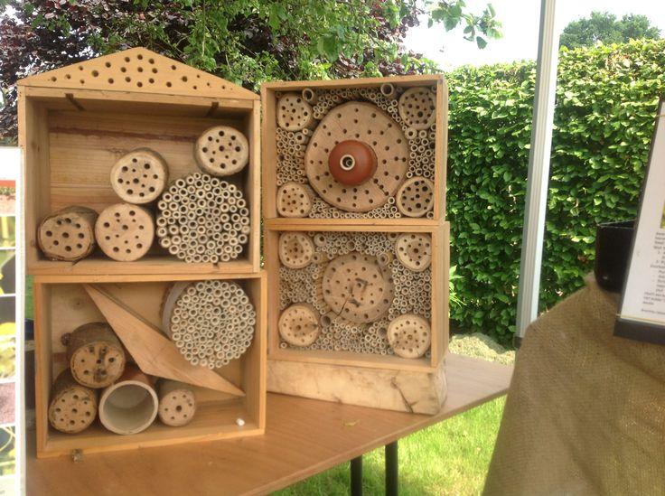 Insectenhotel: wijnkistje, bamboe, houten blok met gaten